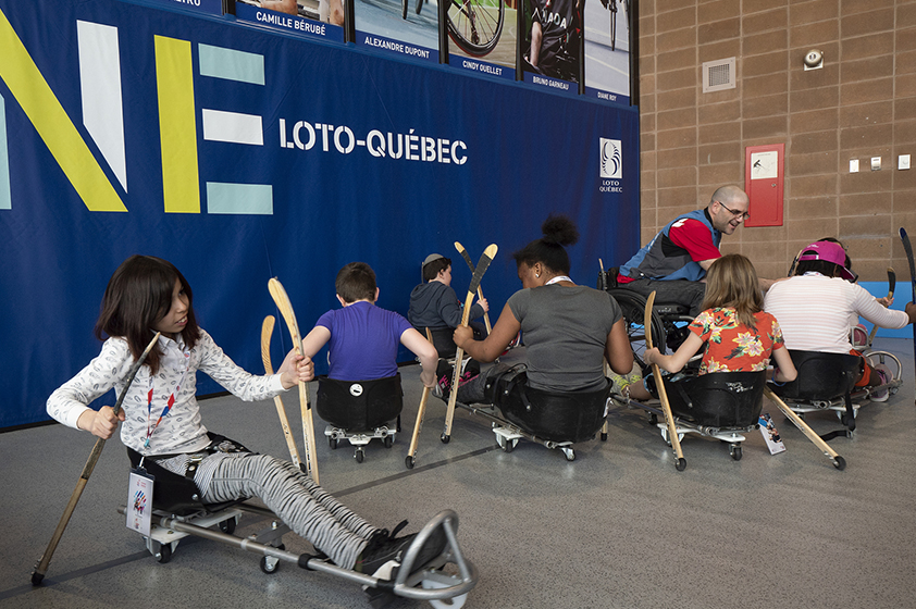 A group of young athletes trying out para hockey in the Loto-Québec zone.